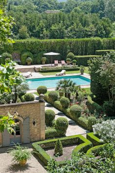 Rustic and elegant: Provençal home, European farmhouse, French farmhouse, and French country design inspiration from Château Mireille. Photo: Haven In. South of France century Provence Villa luxury vacation rental near St-Rémy-de-Provence. Country Farmhouse Decor, French Farmhouse, French Country Decorating, Farmhouse Design, Modern Farmhouse, Farmhouse Garden, Garden Cottage, Farmhouse Ideas, Villa Luxury