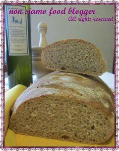 Pane con Lievito Madre fatto con farina 2 biologica e farina integrale di farro.
