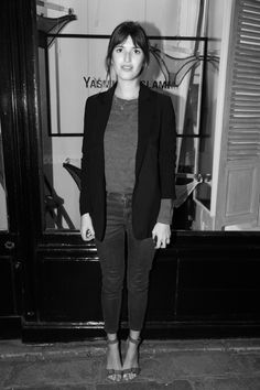 Tee tucked in + blazer + short skinny jeans + high sandals   jeanne damas