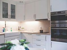 Familien Elholm Hagen sitt lyse, lekre kjøkken. Celine, Kitchen Cabinets, Home Decor, Lily, Decoration Home, Room Decor, Cabinets, Home Interior Design, Dressers