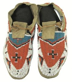Sioux Beaded Moccasins for auction. Classic pair of sinew sewn and lazy stitch beaded hard soled buckskin moccasins with cross symbols. Native American Design, Native American Pottery, Native American Artifacts, American Indian Art, Native Beadwork, Native American Beadwork, Native American Indians, Native Americans, Sioux