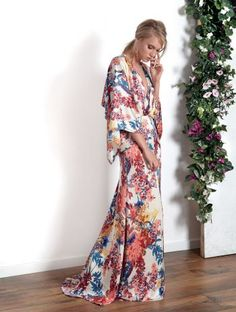 Elegant maxi evening dress, printed with floral illustrations Gala Dresses, Satin Dresses, Nice Dresses, Evening Dresses, Maxi Outfits, Cool Outfits, Kimono Dress, Dress Skirt, Sewing Dress