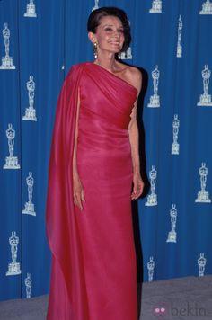 Audrey Hepburn en la ceremonia de los Oscar. Para los estilismos de fiesta y noche, la actriz solía lucir hermosos diseños con increíbles faldas con vuelo, vestidos largos con cortes asimétricos que dejaban sus hombros al descubierto, la mayoría de ellos confeccionados en telas brocadas, tules o rasos.