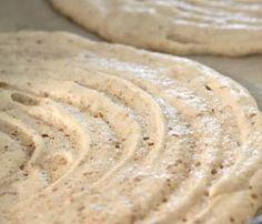 Dacquoise125 gr di mandorle pelate 125 gr di pistacchi 200 gr di zucchero a velo 150 gr di zucchero semolato 250 gr di albumi. Preparazione  Mettere nel mixer le mandorle, i pistacchi e lo zucchero a velo, tritare il tutto fino ad ottenere una polvere. Montare gli albumi con lo zucchero, unire  le polveri e mescolare con delicatezza.  Mettere l'impasto della dacquoise in un sac à poche, distribuire secondo le esigenze su di una teglia foderata da carta forno. Infornare a 170°C per circa