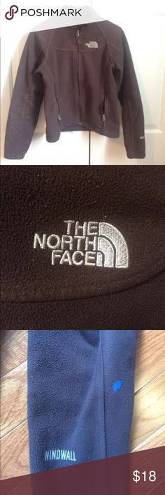 💋 Chocolate brown north face fleece 💋 TNF women's XS chocolate brown north face fleece! I've had it for a good while, but I don't see this coat giving up the ghost anytime soon. Collar frames the face nicely. Good used condition. Only issues are some pilling (comes with any used fleece) and a small spot of blue paint on the left sleeve. Price reflects condition. Still a great everyday jacket, keeps you warm just the same with The North Face quality and long-lasting products! At a fraction…