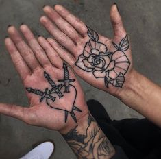Eye-Catching Hand Tattoo Designs For Women Here are the 100 best hand tattoos trends for women.We have collected numerous hand tattoo designs for you in the event that you have been l Le Tattoo, Tattoo Hals, Dark Tattoo, Tattoo Neck, Hand Palm Tattoos, Rose Tattoos, Body Art Tattoos, Sleeve Tattoos, Elbow Tattoos
