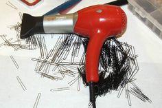 Modella le scarpe e asciuga lo smalto: gli usi alternativi del phon