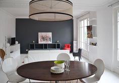 Un des murs de cette salle à manger lumineuse a été peint d'un gris contrastant. Plus de photos sur Côté Maison http://petitlien.fr/7rok