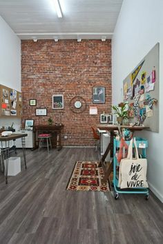 Wanddeko selber machen: gefälschte Backsteinwand als rustikale Deko
