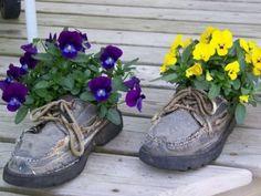 Veilchen-gelb lila einpflanzen-Ideen-alte Stiefel-umsetzen im Garten https://de.pinterest.com/pippislangstrum/