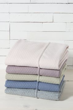 Duvet cover for baby crib. Style: Cloud collection Available colours: Classic pink, Lavendel, Grey, Olive and Indigo Dimensions: 100 x 135 cm