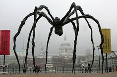 Maman, Tate Modern, London by sculptor Louise Bourgeois who plumbed depths of female psyche, making giant freaky spiders. Her work almost unknown to wider art world until she was when New York's MoMA presented solo show of her career in What Is Contemporary Art, Modern Art, Louise Bourgeois Maman, Art Sinistre, Women Artist, Tate Modern London, Tate London, Instalation Art, Art Sculpture