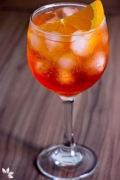 Receitas de Gin Tônica - Aperol Fruit Drinks, Bar Drinks, Cocktail Drinks, Beverages, Aperol Drinks, Alcoholic Drinks, Fun Baking Recipes, Water Recipes, Classic Cocktails