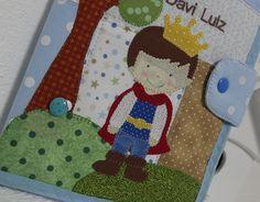 Capa para caderneta de vacinação, ela possui dois bolsos internos para cartão de saúde e receitas médicas.