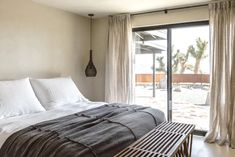 Designed with tranquility and relaxation in mind, Villa Kuro is a minimal organic modern hideaway located in Joshua Tree, California fusing natural. Modern Ranch, Mid-century Modern, Organic Modern, Wabi Sabi, Villa, Jacuzzi, Casa Wabi, White Sofas, Maker