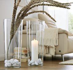 Große Vase mit Kerze uns Steinen ein echter Hingucker.