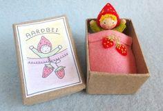 aardbeidoosje Atelier Pippilotta, het Vrolijke Nest, felt doll in box, vilt popje in doosje