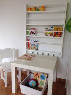 Bücherregal für Kinder aus gepimpten Tellerregal von Ikea.