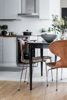 Post: Sillas de diseño de 2ª mano --> ant chair, arne jacobsen, cocina nórdica, diseño danés, diseño original, fritz hansen, muebles de diseño, reciclaje muebles 2ª mano, Sillas de diseño de 2ª mano