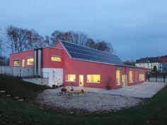 Plusenergie KITA | Holzbaureferenzdatenbank NRW - Die Kindertagesstätte ist für die Kinder der erste bauliche Erlebnisraum jenseits der Geborgenheit des familiären Zuhauses. Atmosphärische und räumliche Geborgenheit gehören zu den primären Anforderungen.