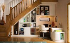 Que tal aproveitar cada cantinho da sua casa? Um pequeno home office embaixo da escada pode ser uma ótima ideia assim, você não precisa de um cômodo especialmente para isso e ainda dá valor para os pequenos espaços decorando com muito estilo! ;)  http://carrodemo.la/abfc4