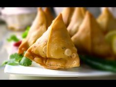 These crispy samosas with spiced potatoes filling are perfect for your tea party or movie time snack. Samosas are a popular snack in the local cuisines of th. Samosa Recipe Videos, Samosa Recipe In Hindi, Indian Snacks, Indian Food Recipes, Indian Foods, How To Make Samosas, Best Bread Recipe, Recipe Steps, English Food