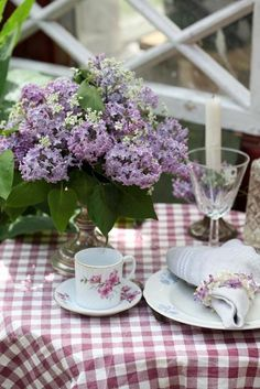 Beautiful afternoon tea with lilacs and gingham Table Violet, Purple Table, Gingham Tablecloth, Gingham Fabric, Lavender Cottage, Deco Floral, All Things Purple, Deco Table, Shades Of Purple