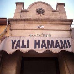 İstanbul Maltepe sahilindeki Yalı Hamamı, Feyzullah Efendi Camisi'ne yakın bir konumda bulunuyor. Yalı Hamamı'nın Sadaret Kethüdası Yusuf Ağa tarafından Cağaloğlu'nda bulunan okuluna vakıf olmak üzere 1771-73 yılları arasında yaptırıldığı düşünülüyor. Mimari bir özelliği bulunmayan Yalı Hamamı, küçük ve basit bir yapıya sahip. Kadın bölümü her gün 08.00-19.00, erkek bölümü 06.00- 24.00 saatleri arasında açık. …