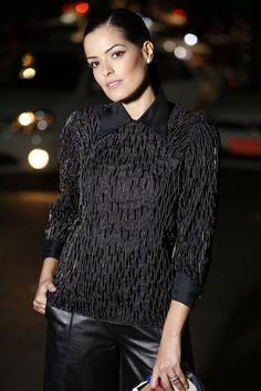 Look all black de Mariah Bernardes no SPFW 2016. Com sobreposição de peças, ela usou moletom bordado por cima de uma camisa e pantacourt com salto alto.