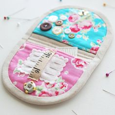 The inside of the sewing kit ❤️Can't help myself, I just love making these little kits 😜 Sewing Hacks, Sewing Tutorials, Sewing Crafts, Sewing Projects, Sewing Kits, Sewing Case, Sewing Accessories, Sewing Notions, Vintage Sewing Patterns