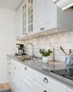 Elegant White Kitchen Design Ideas for Modern Home White Kitchen Ideas - White never ever stops working to provide a kitchen layout a classic appearance. These trendy cooking areas, consisting of everything from white kitchen cupboards to smooth white . White Kitchen Cupboards, Kitchen Cabinets Decor, Home Decor Kitchen, Kitchen Interior, New Kitchen, Home Kitchens, Kitchen Ideas, Kitchen Designs, Kitchen Hacks