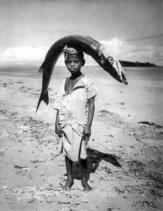 arabamolsamontgiymezdim: Senegal, Boy and Fish photo by Angela Kesp