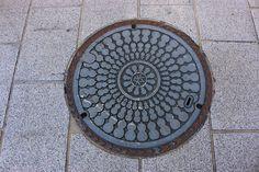 Manhole with the symbol of Nagahama : the bottle gourd