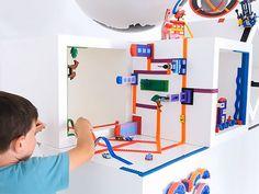 Als je gek wordt van rondslingerende LEGO moet je niet verder lezen. Met deze LEGO tape vind je de blokken voortaan écht overal. Op de muur,