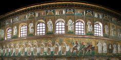 En los mosaicos superiores de San Apolinar Nuevo, pertenecientes al periodo Ostrogodo, aparecen 26 escenas criptológicas, trece a cada lado, y entre los ventanales del claristorio las imágenes de santos y profetas.