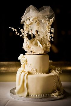2 Tier Wedding Cake by @ladyccreation #ladyccreation #cake #weddingcake #sugararts #chocolate