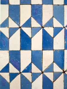 Shower floor: Blue and White Geometric Tiles of Lisbon from Photo: Heather Moore Tile Patterns, Textures Patterns, Geometric Tiles, Geometric Patterns, White Tiles, Blue Tiles, Blue Mosaic, Grafik Design, Mosaic Tiles
