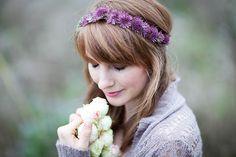 Sommerliche Blumenkränze für die Braut | Friedatheres.com  Blumenkranz Braut Lila / flower crown purple  Foto: Anja Schneemann