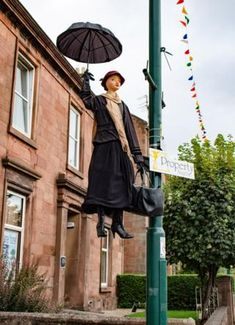 Your pictures of Scotland: 30 Aug - 6 Sept - BBC News Scarecrows For Garden, Primitive Scarecrows, Diy Scarecrow, Halloween Wood Crafts, Diy Halloween Decorations, Halloween Crafts, The Wizard Of Oz Costumes, Scarecrow Festival, Silk Floral Arrangements
