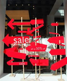 SALE shop window/visual merchandising, using large red arrows pointing all in the same direction, towards the shop door Visual Display, Display Design, Deco Design, Store Design, Display Ideas, Shop Window Displays, Store Displays, Display Window, Display Shop