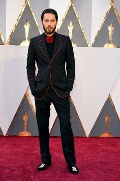 Jared Leto en smoking Gucci noir et rouge à la 88ème cérémonie des Oscars