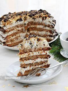 Tort bezowy z orzechami włoskimi. Beza z orzechami, kremem i czekoladą, to idealna przepis na ciasto świąteczne. Tort bezowy z orzechami włoskimi jest delikatny i puszysty, a wszystkie składniki pasują do siebie idealnie. Bezy polecam upiec na kilka dni przed świętami, a przełożyć kremem dzień przed. Smacznego!