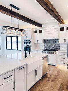 Gorgeous Modern Farmhouse Kitchens You Never Seen Before 24 - kindledecor Dream Home Design, Home Interior Design, My Dream Home, House Design, Up House, House Rooms, Modern Farmhouse Kitchens, Home Kitchens, Modern Farmhouse Exterior