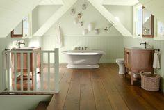 lambris mural vert pâle, baignoire blanche, plancher en bois, panier tressé