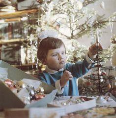 Только после войны начали по-настоящему складываться традиции празднования Нового года в СССР. Стали появляться елочные игрушки: сначала очень скромные— из бумаги, ваты и прочих материалов, позднее — красивые, яркие, из стекла, похожие на украшения дореволюционных елок. К концу 1960-х годов был налажен массовый выпуск игрушек для новогодней елки, и можно было купить довольно простые варианты из пластика, обычно с советской символикой.