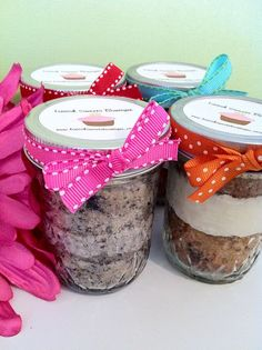 Cupcake mixes in jars. by addie Jar Gifts, Food Gifts, Craft Gifts, Gift Jars, Cake In A Jar, Dessert In A Jar, Mason Jar Mixes, Mason Jars, Cupcake Mix