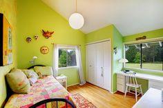 #Chambre d'enfant de style #transitionnel avec #suspendusimple, #murale et #lampedetable. / #Transitional kids #bedroom with #singlependant, #wallsconce and #tablelamp.