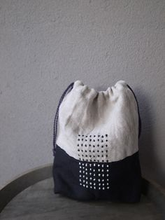 black and white design Pearl drawer drawstring sashiko bag Sashiko Embroidery, Japanese Embroidery, Hand Embroidery, Embroidery Designs, Sewing Crafts, Sewing Projects, Silk Art, Linen Bag, Running Stitch