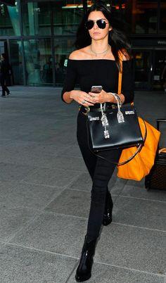 Street style da modelo Kendall Jenner, com look todo preto.
