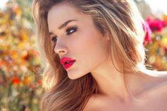Zomertype  Haarkleur: blond  Kleur van je ogen: grijsblauw of grijsgroen  Huidskleur: roze-achtig (je hebt vaak blozende wangen)  Bij jou staan de kleuren lila, oudroze, paars, koelblauw en grijsblauw het allerbeste. Je kunt het beste geen looks dragen met de kleuren zwart, brons of goud.